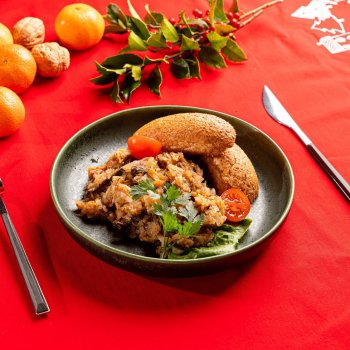 Festive cabbage stew (bigos) with game, wholegrain rolls