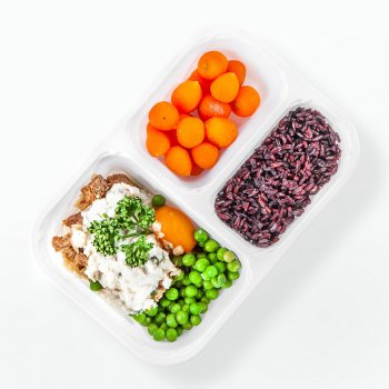 Seitan in almond sauce, black rice, carrots and peas