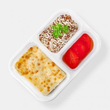Green celery in bechamel sauce baked with mozzarella, grilled tomatoes, quinoa in three colours