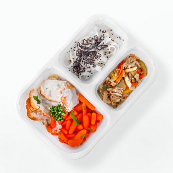 Turkey breast in lemon sauce, steamed vegetables with champignons, rice pasta with black sesame