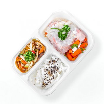 Tuna steak in lemon sauce, steamed vegetables with champignons, rice noodles with black sesame